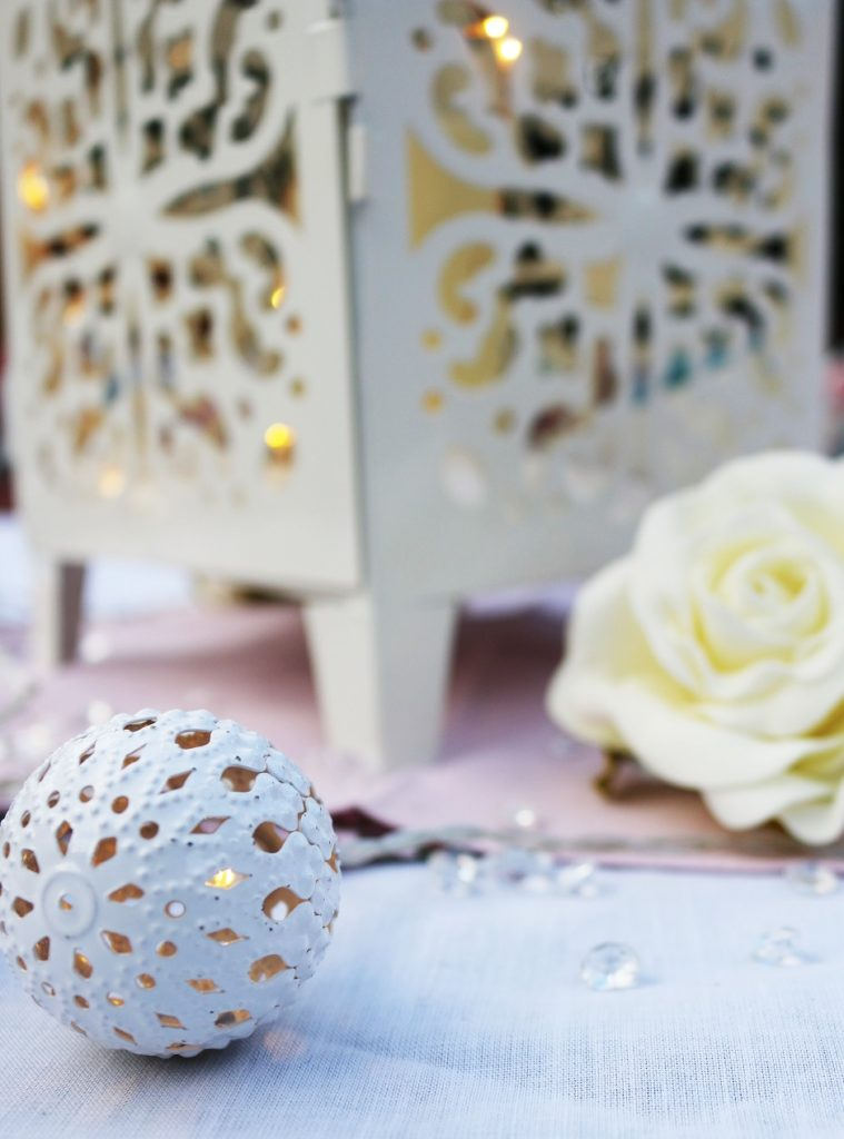 moroccan lamp rose centre piece wedding